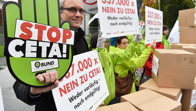 Demonstrationswelle bis zur letzten Minute - hier vor dem Kanzleramt in Berlin (Bild: AFP/JOHN MACDOUGALL)