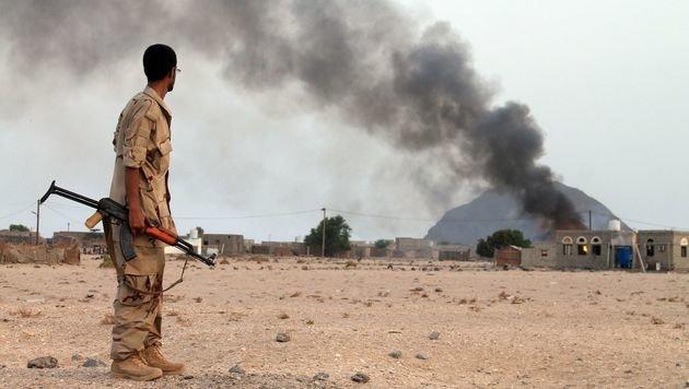 Ein jemenitischer Soldat beobachtet einen Angriff auf eine Houthi-Stellung (Bild: AFP)