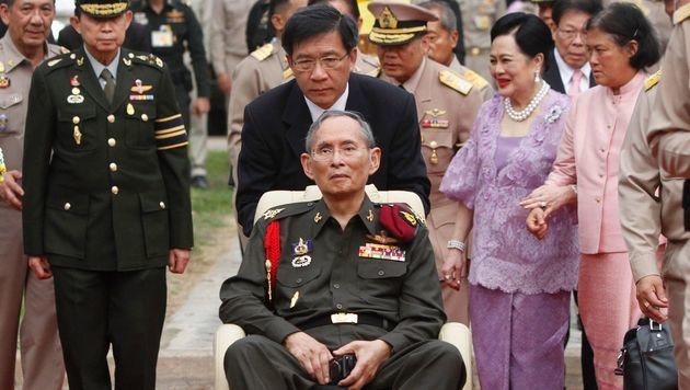 Tiefe Trauer in Thailand: König Bhumibol ist tot (Bild: APA/AFP/POOL/CHAIWAT SUBPRASOM)