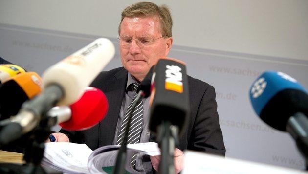Rolf Jacob, Leiter der Justizvollzugsanstalt Leipzig, bei der Pressekonferenz (Bild: EPA)