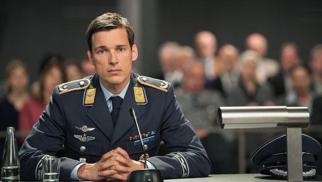 Florian David Fitz als Pilot Lars Koch (Bild: ORF/Degeto/Julia Terjung)