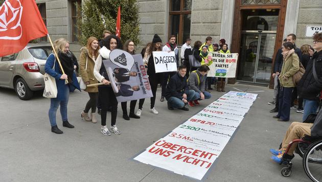 Die Sozialistische Jugend vor dem SPÖ-Präsidium mit einem klaren Nein zu CETA (Bild: APA/HERBERT PFARRHOFER)