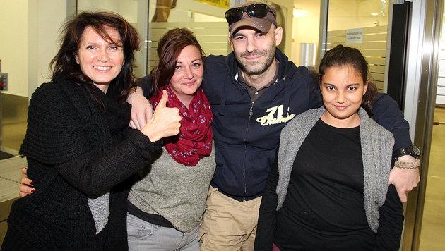 Anwältin Astrid Wagner, Gattin Lisa und Stieftochter Leonie erwarteten den 36-Jährigen am Flughafen. (Bild: Andi Schiel)