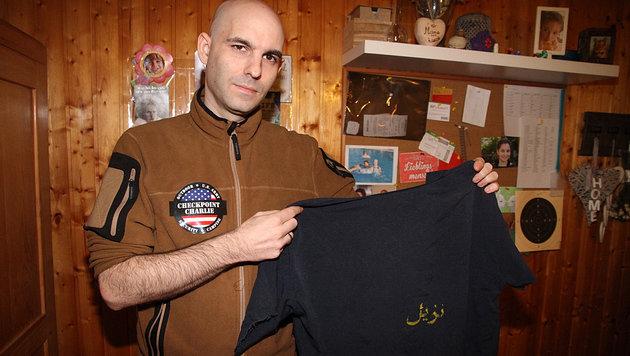 Hannes Führinger zeigt seine Gefängniskleidung. (Bild: Andi Schiel)