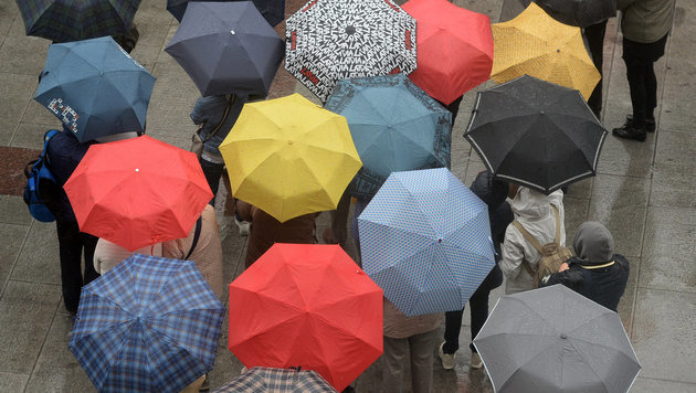 Schmuddelwetter bleibt uns am Wochenende erhalten (Bild: APA/dpa/Andreas Gebert (Symbolbild))