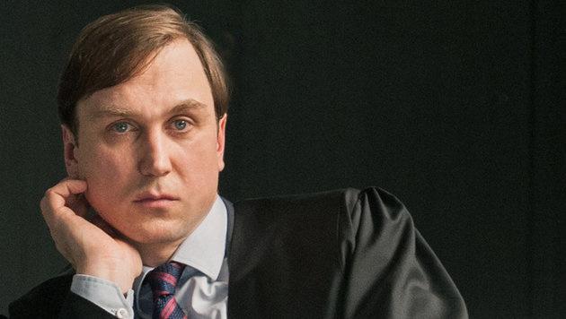 Lars Eidinger als Verteidiger Kochs (Bild: ORF/Degeto/Julia Terjung)
