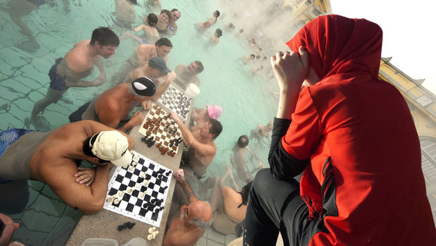 Budapest: Thermalbad wirft Burkini-Trägerin hinaus (Bild: AFP/RYAD KRAMDI, AFP/ATTILA KISBENEDEK)