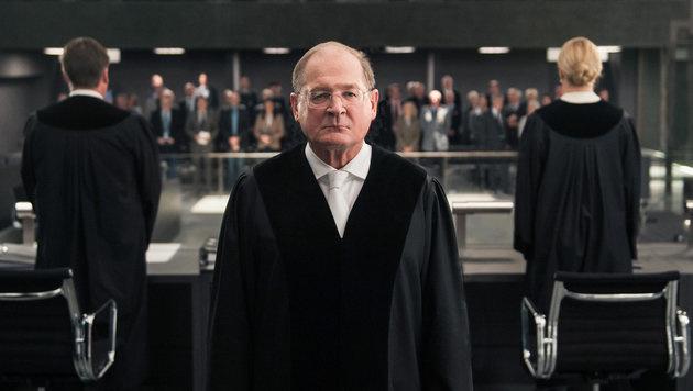 Burghart Klaußner als Vorsitzender Richter (Bild: ORF/Degeto/Julia Terjung)