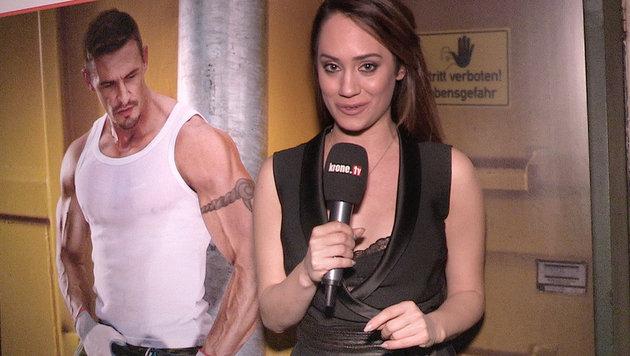 Sexy Posen und nackte Haut auf der Baustelle! (Bild: krone.tv)