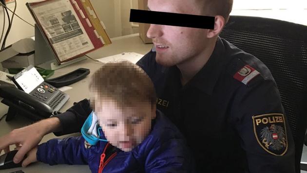 Daniel L. mit seinem Sohn in seiner Dienststelle (Bild: Martina Prewein)