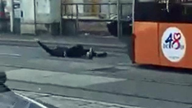 Zuerst legte sich der Syrer vor die Straßenbahn. (Bild: Facebook.com/Betül Arslan)