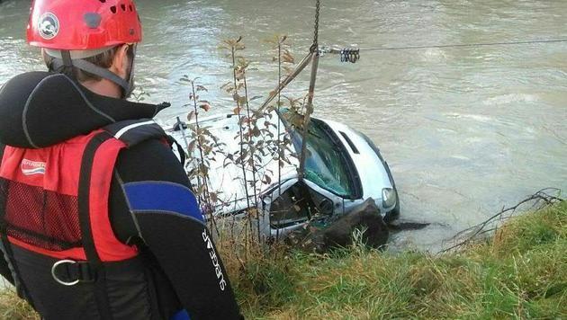 Der Kleinbus stürzte rund vier Meter über eine Böschung in den Fluss. (Bild: APA/WR SALZBURG)
