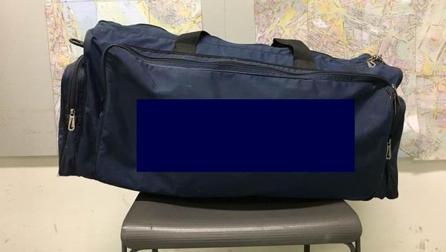 Diese mit Marihuana prall gefüllte Tasche vergas der Drogenkurier im Zug. (Bild: APA/LPD-WIEN)