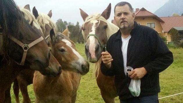 Mit Krachern ausgerüstet, will der Pferdezüchter Hans Nessmann dem Bären an den Kragen. (Bild: Hans Nessmann)