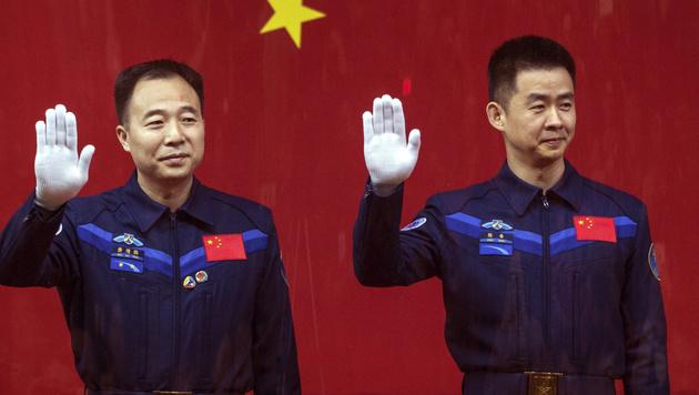Die Taikonauten Jing Haipeng (links) und Chen Dong (rechts) (Bild: Associated Press)