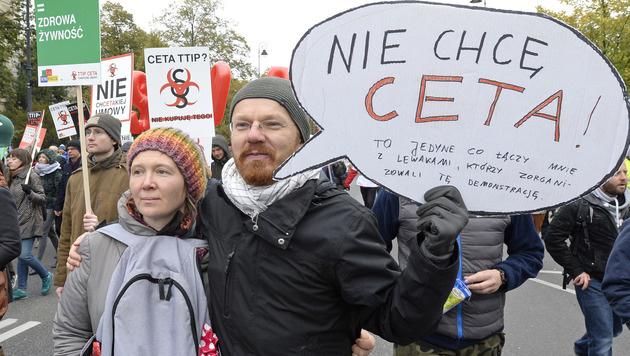 Proteste gegen CETA in Warschau (Bild: AP)