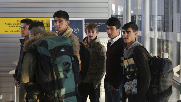 Diese sechs Burschen durften von Calais weiter nach Großbritannien reisen. (Bild: Associated Press)