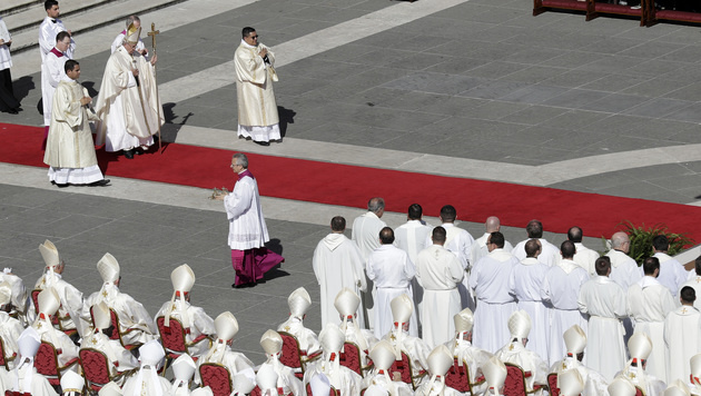 Papst Franziskus feiert sieben neue Heilige (Bild: AP)