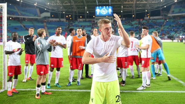 Georg Teigl lässt sich von den Leipzig-Fans feiern. (Bild: GEPA)