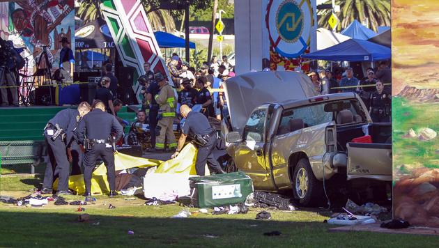 USA: Auto stürzt von Brücke auf Festivalbesucher (Bild: AP)
