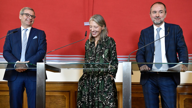 Wolfgang Bergmann und Stella Rollig mit Minister Thomas Drozda (v.li.) (Bild: APA/HANS KLAUS TECHT)