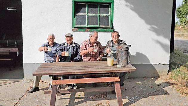 """Die """"Köllamauna"""" die vor einem Presshaus in Alberndorf sitzen. (Bild: Klemens Groh, Kronen Zeitung)"""