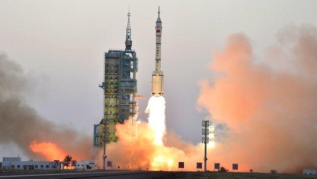 """Der Start der Rakete """"Langer Marsch 2F"""" in der Wüste Gobi (Bild: APA/AFP/STR)"""