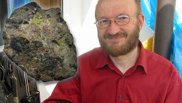 Thomas Neff und die Uraninit-Probe (Bild: Sabine Salzmann, Peter Machart)