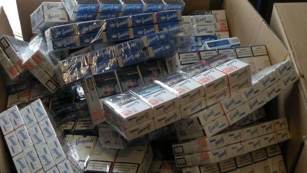 Tausende Stangen Tschick stellten die Zollfahnder sicher. (Bild: Zoll)