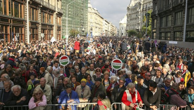 Tausende gehen in Budapest für die Pressefreiheit auf die Straße. (Bild: ASSOCIATED PRESS)