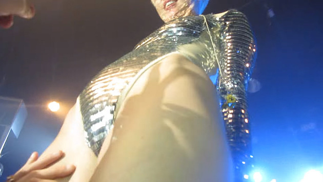 Ein Fan ging mit Miley Cyrus auf Tuchfühlung. (Bild: YouTube.com)