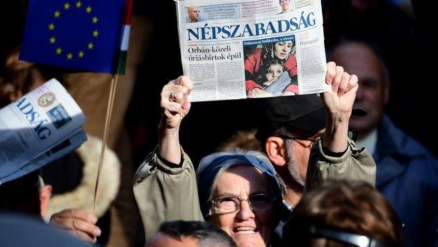 """Die letzte Ausgabe der Oppositionszeitung """"Nepszabadsag"""" (Bild: APA/AFP/ATTILA KISBENEDEK)"""