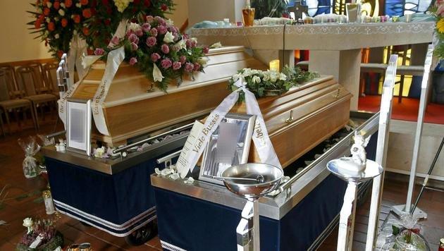 Die Trauergemeinde verabschiedete sich auch vom ungeborenen Sohn Louis. (Bild: APA/GERT EGGENBERGER)