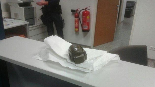 Mit dieser Granate tauchte der 44-Jährige am Montag in der Polizeiinspektion auf. (Bild: LPD-Wien)