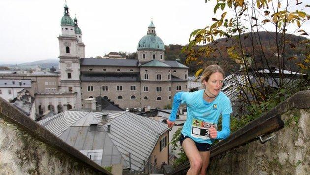 Unter sich die Dächer der Altstadt: Andrea Mayr hatte auf dem Weg zur Festung die schnellsten Beine. (Bild: Andreas Tröster)