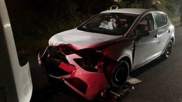 Der weiße Seat Ibiza ist nach dem frontalen Anprall ein Totalschaden. (Bild: FF Schweinbach)