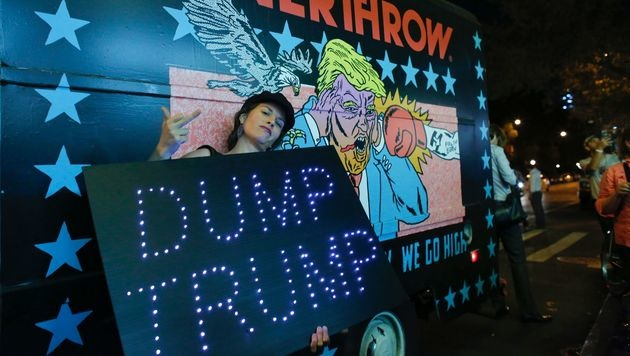 Michael Moore überrascht mit Donald-Trump-Film (Bild: APA/AFP/KENA BETANCUR)