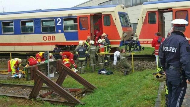 Geisterwaggons rammen Zug: Zahlreiche Verletzte (Bild: APA/EINSATZDOKU.AT/STEYRER)
