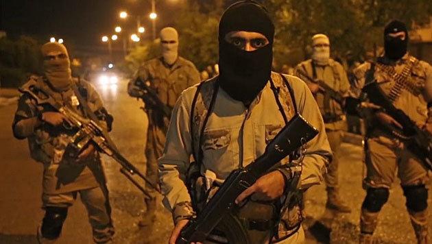 IS-Kämpfer auf nächtlicher Patrouille in Mossul (Bild: twitter.com/Terrormonitor)