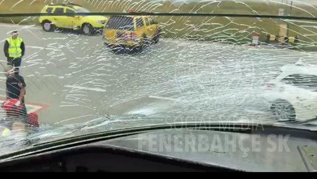 Scheibe gesprungen - Fenerbahce-Jet muss notlanden (Bild: twitter.com)