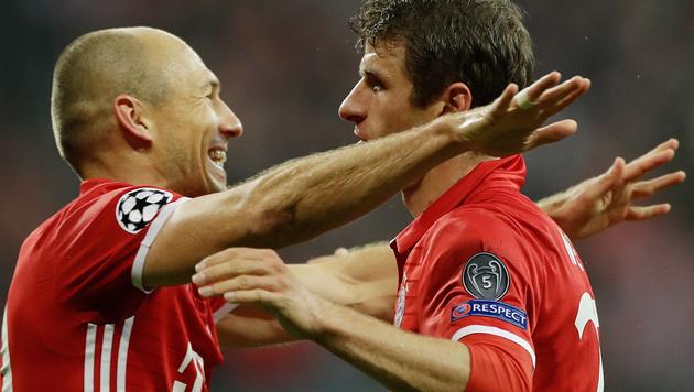 Arjen Robben (li.) und Thomas Müller bejubeln Bayerns souveränen Heimsieg gegen PSV. (Bild: AP)