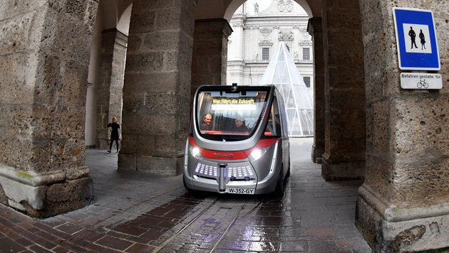 Erstmals autonomer Minibus auf offener Straße (Bild: APA/BARBARA GINDL)