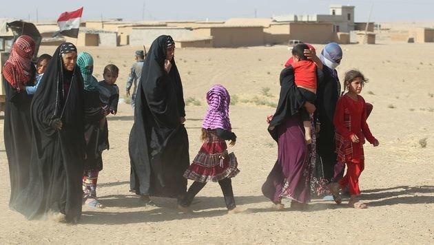 Bewohner der Vororte Mossuls sind zu Tausenden auf der Flucht. (Bild: APA/AFP/AHMAD AL-RUBAYE)