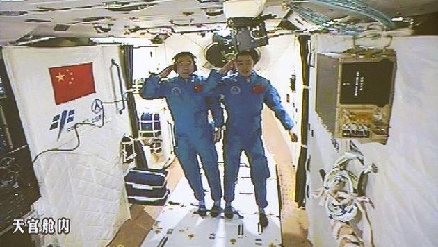 """Jing Haipeng (links) and Chen Dong an Bord von """"Tiangong 2"""" (Bild: AP/Xinhua/Ju Zhenhua)"""