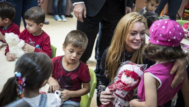 Lindsay Lohan beschenkte Kinder mit Kuscheltieren und Puppen im Flüchtlingslager Gaziantep. (Bild: Viennareport)