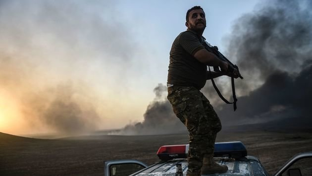 Ein irakischer Soldat beim Kampf um Mossul (Bild: APA/AFP/BULENT KILIC)