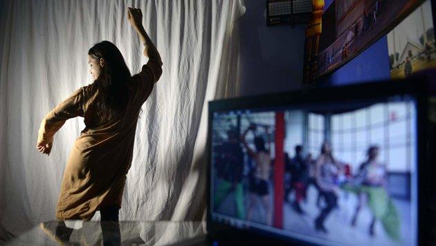 Eine pakistanische Tänzerin übt mit einem Bollywood-Streifen zur Motivation. (Bild: APA/AFP/ARIF ALI)