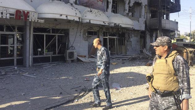 Irakische Sicherheitskräfte inspizieren beschädigte Gebäude nach dem Angriff auf Kirkuk. (Bild: ASSOCIATED PRESS)