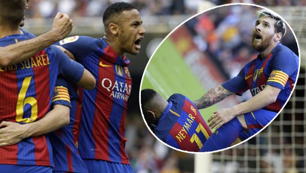 Fan schie�t jubelnden Neymar mit Flasche ab! (Bild: AP)