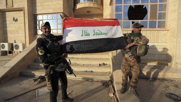 Irakische Anti-Terror-Einheiten feiern die Rückeroberung von Bartella. (Bild: ASSOCIATED PRESS)